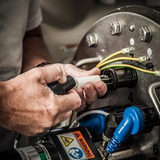 servicetekniker installerer uv-rør